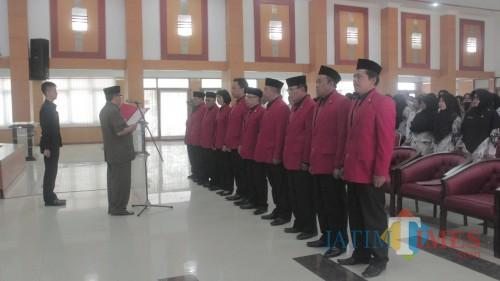 Plt Wali Kota Blitar Santoso melantik pengrurus Dewan Pendidikan periode 2018-2023.(Foto: Aunur Rofiq/BlitarTIMES)