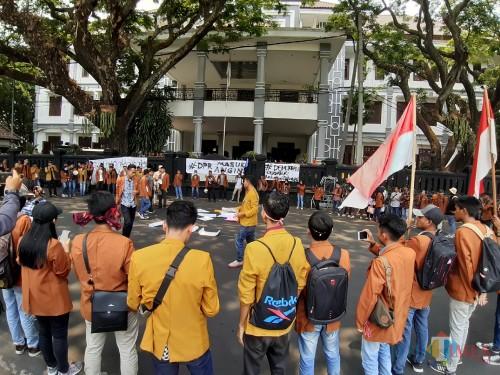 Aksi unjuk rasa mahasiswa UNIKAMA di depan gedung DPRD Kota Malang (Arifina Cahyanti Firdausi/MalangTIMES)