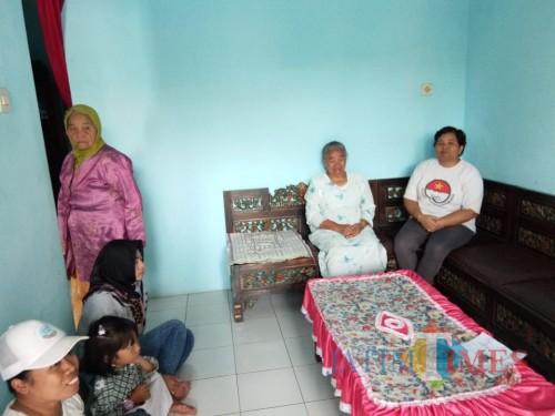 Banah (dua dari kanan), korban penjambretan, saat didatangi polisi guna kepentingan penyelidikan. (Foto : Polsek Singosari for MalangTIMES)