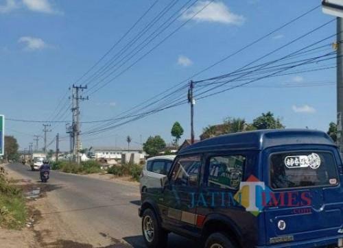 Jalan raya Ampeldento, Pakis, sebelum adanya pelebaran jalan oleh Dinas PU Bina Marga Kabupaten Malang. (dok MalangTIMES)