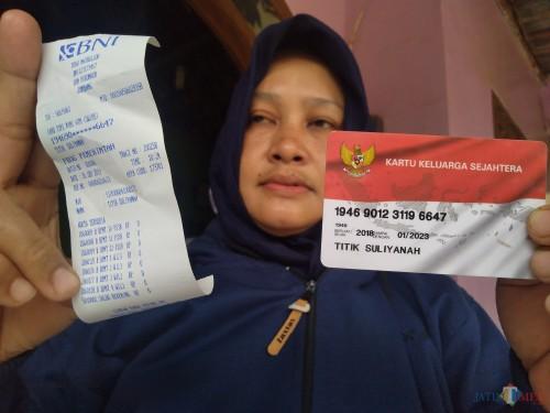 Salah satu KPM di Mojoagung, Jombang saat menunjukkan bukti print out dengan saldo nol rupiah. (Foto : Adi Rosul/JombangTIMES)