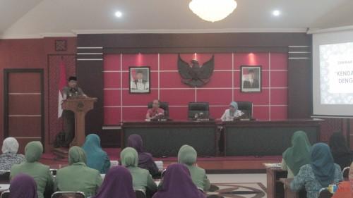 Plt Wali Kota Blitar Santoso saat memberikan sambutan di acara seminar penyakit tidak menular 'Hipertensi dengan deteksi dini'.(Foto : Aunur Rofiq/BlitarTIMES)