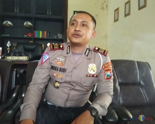 Kasatlantas Polres Kediri Kota AKP Indra Budi Wibowo saat ditemui diruang kerjanya. (eko Arif s /JatimTimes)