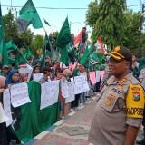 Tolak RUU KUHP dan UU KPK, Poster Unik Sarat Kritik Warnai Demo IMM dan HMI di DPRD Sumenep