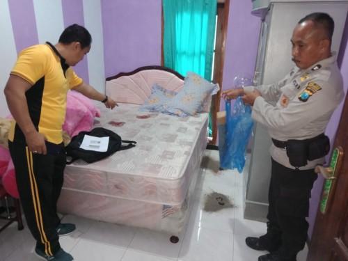 Aparat Kepolisian melakukan olah TKP di rumah yang disatroni perampok.