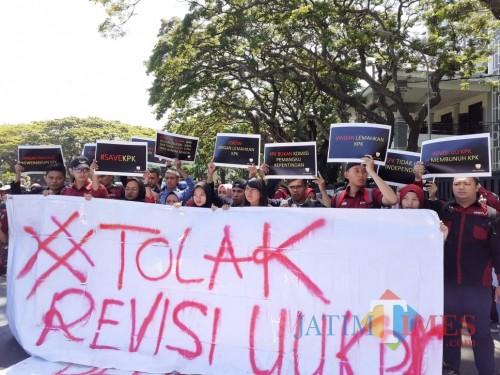 Demo tolak revisi UU KPK. (Foto: Doc. MalangTIMES)