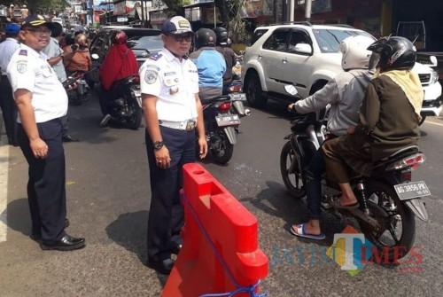 Kepala Dishub Kota Malang Handi Priyanto saat meninjau pemasangan separator di Jembatan Muharto. (Foto: Dokumen Dishub Kota Malang)