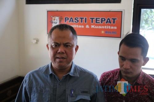 Kepala Perum Bulog Subdivre Surabaya Selatan Wilayah Jombang-Mojokerto Kurniawan saat diwawancarai. (Foto : Adi Rosul / JombangTIMES)