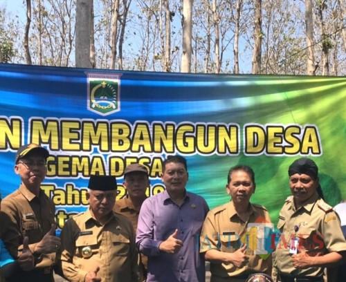 Ketua DPRD Kabupaten Malang Didik Gatot Subroto (tengah) bersama bupati dan sekda Kabupaten Malang di acara Gema Desa. (Nana)