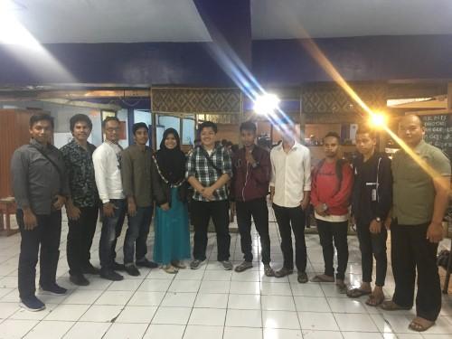 Kasat Intelkam Polres Malang Kota, AKP Muhammad Riza Rahman (enam dari kiri) saat berfoto bersama dengan peserta diskusi dan karyawan Coffee Times (Foto : Ashaq Lupito / MalangTIMES)
