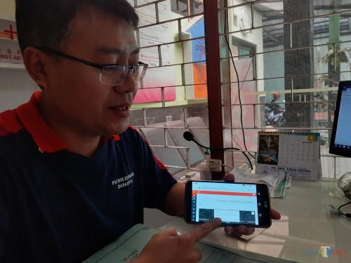 Ahli Teknologi Laboratorium Medic Puskesmas Dinoyo, Budi Ari Bowo saat menunjukkan cara kerja inovasi pelayanan LIS Cerebro (Arifina Cahyanti Firdausi/MalangTIMES)