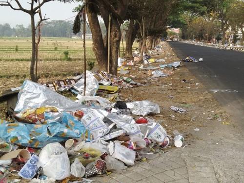 Kondisi jalan di Jalibar yang dipenuhi sampah (Foto : Dokumen MalangTIMES)