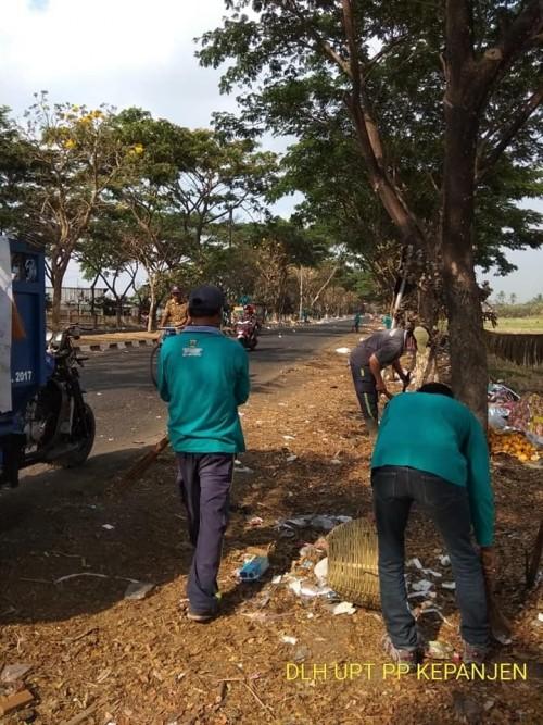 Kondisi sampah yang berserakan di Jalibar saat dibersihkan oleh petugas DLH Kabupaten Malang (Foto : Dokumen MalangTIMES)