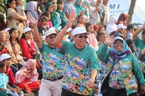 Sekda Kabupaten Malang Didik Budi Muljono (depan kanan) membalas lambaian masyarakat Kabupaten Malang dalam acara kirab budaya (for MalangTIMES)