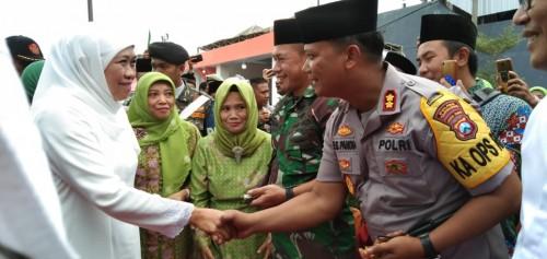 Gubernur Jatim, Khofifah Indar Parawansa bersalaman dengan Kapolres Tulungagung, AKBP Eva Guna Pandia (foto : Joko Pramono/Jatim Times)