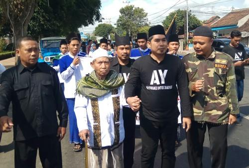 Gus Yazid bersama kyai Suyuti Toha dan 0endukungab berjalan menuju sekretariat koalisi BM2