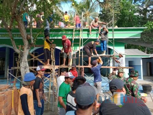 Anggota Koramil Ponggok dan warga gotong royong ngecor Masjid
