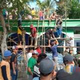 Hadir di Tengah Rakyat, Anggota Koramil Ponggok Karya Bhakti Ngecor Masjid