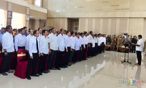 38 calon kepala desa saat mengucap deklarasi damai di Graha Pancasila, Balai Kota Among Tani, Senin (30/9/2019). (Foto: Irsya Richa/MalangTIMES)