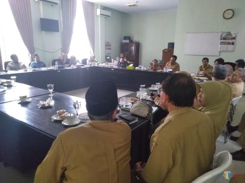 Pertemuan anggota DPRD Jombang dengan OPD Pemkab Jombang di ruang Komisi D. (Foto : Adi Rosul / JombangTIMES)
