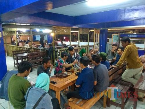 Koordinasi persiapan pelantikan PERMAHI Cabang Malang di Coffee Times. (Foto: A. Yahya/MalangTIMES)