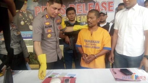 Kapolres Jember AKBP. Alfian Nurrizal saat memeriksa pelaku pengedar Sabu 200 gram (foto : Moh. Ali Makrus / JatimTIMES)