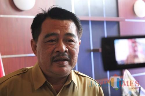 Kepala Dinas Pendidikan dan Kebudayaan Kabupaten Jombang dr Budi Nugroho saat diwawancarai sejumlah wartawan di kantornya. (Foto : Adi Rosul / Jombang TIMES)