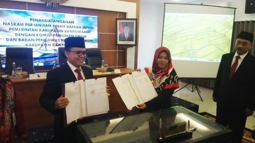 Bupati Banyuwangi Abdullah Azwar Anas bersama Ketua KPU Banyuwangi Dwi Anggraeni menunjukkan NPHD yang sudah ditandatangani bersama