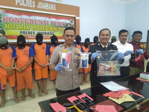 Kapolres Jombang AKBP Boby Pa'ludin Tambunan (tengah) menunjukkan barang bukti tindak kejahatan hasil ungkap Operasi Sikat Semeru 2019. (Foto : Adi Rosul / JombangTIMES)