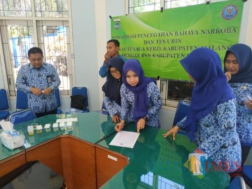 Sekdin Tenaga Kerja Kabupaten Malang Eko Darmawan (kiri) beserta pegawai setelah melakukan uji tes urin oleh BNN (nana)