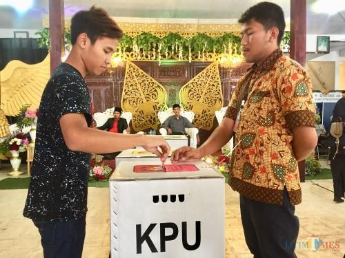 Salah satu DPT saat memasukkan surat suara di kotak suara di TPS Desa Beji, Kecamatan Junrejo, Rabu (2/10/2019). (Foto: Irsya Richa/MalangTIMES)