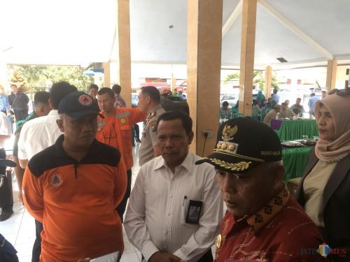 Bupati Malang Muhammad Sanusi (dua dari kanan) beserta rombongan saat melakukan peninjauan di Kecamatan Kalipare. (Foto : Ashaq Lupito / MalangTIMES)