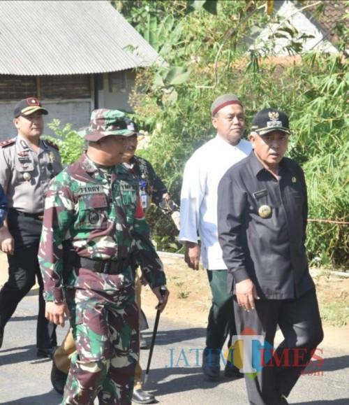 Bupati Malang Sanusi (kanan) dan Dandim 0818 Kol Inf Ferry Muzawwad dalam TMMD ke-106 di Kedungsalam, Donomulyo (for MalangTIMES)