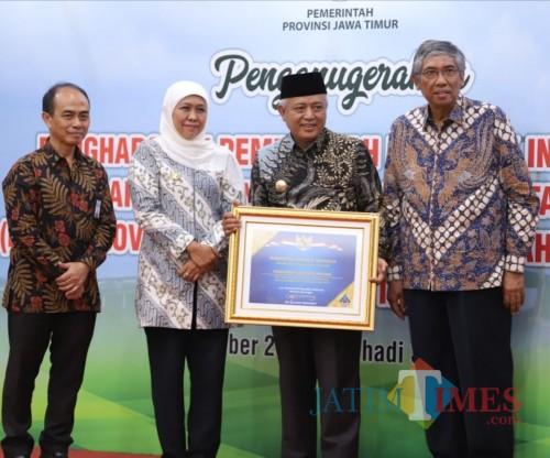 Bupati Malang Sanusi menerima penghargaan opini WTP BPK RI yang kelima secara berturut-turut (Humas Pemkab Malang)
