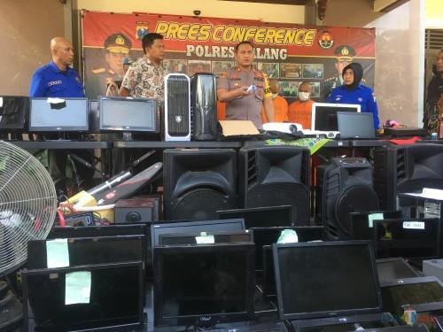 Empat orang komplotan pencurian saat sesi rilis di halaman Polres Malang (Foto : Ashaq Lupito / MalangTIMES)