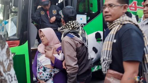 Pengungsi ketika tiba di Bakorwil Jatim, Kota Malang (Pipit Anggraeni/MalangTIMES).