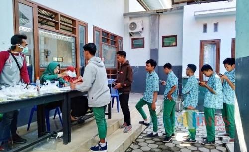 Pemeriksaan kesehatan, screening dan tes urine siswa SMK Muhammadiyah VI Rogojampi