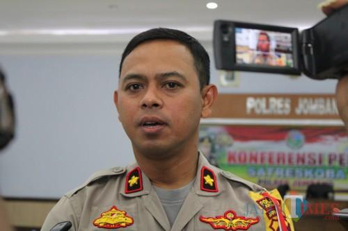 Wakapolres Jombang Kompol Budi Setiono saat diwawancarai. (Foto  Adi Rosul / JombangTIMES)