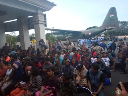 Warga Jatim yang pulang setelah terjadi kerusuhan di Wamena tiba di Lanud Abdulrahman Saleh (Anggara Sudiongko/MalangTIMES)