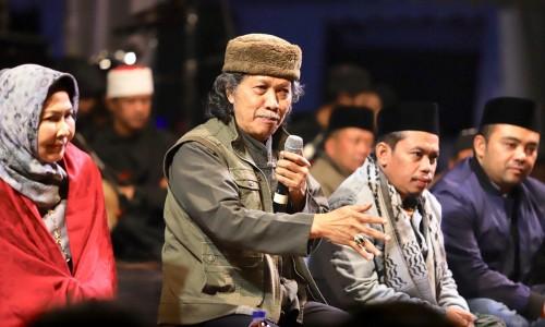Cak Nun saat berada di panggung dalam kegiatan di Desa Sumber Brantas, Kecamatan Bumiaji.