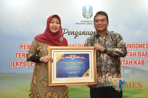 Wakil Wali Kota Kediri Lilik Muhibbah saat menerima penghargaan. (eko Arif s /JatimTimes)