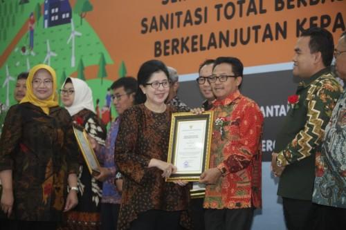 Wali Kota Malang Sutiaji (batik merah) saat menerima penghargaan STBM dari Kemenkes RI di Hari Kesehatan Lingkungan Se-Dunia ke 9 (Foto: Humas Pemkot Malang)