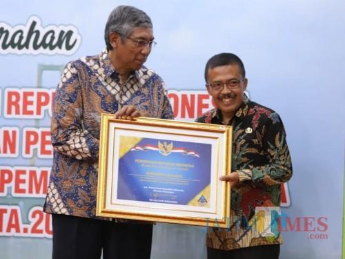 Wakil Menteri Keuangan RI, Mardiasmo saat menyerahkan penghargaan WTP kepada Wakil Wali Kota Batu Punjul Santoso di Gedung Negara Grahadi Surabaya. di Gedung Negara Grahadi, Surabaya (2/10/2019).