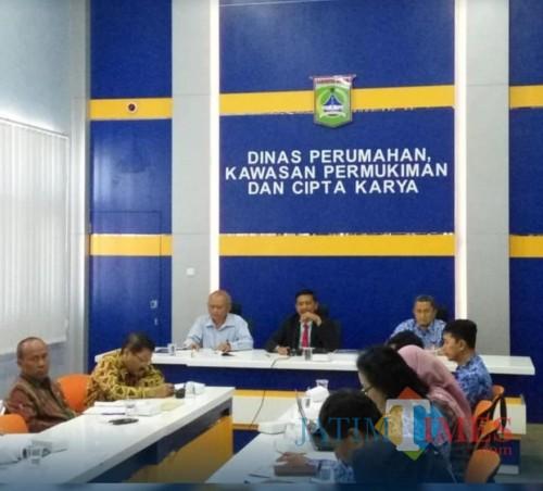 Kepala DPKPCK Kabupaten Malang Wahyu Hidayat (tengah) saat melakukan rapat pembahasan revisi Perda RTRW. (for MALANG TIMES)
