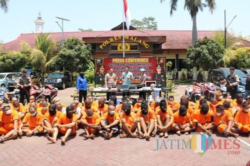 Ratusan tersangka pencurian saat sesi rilis Operasi Sikat Semeru 2019. (Foto : Humas Polres Malang for MalangTIMES)