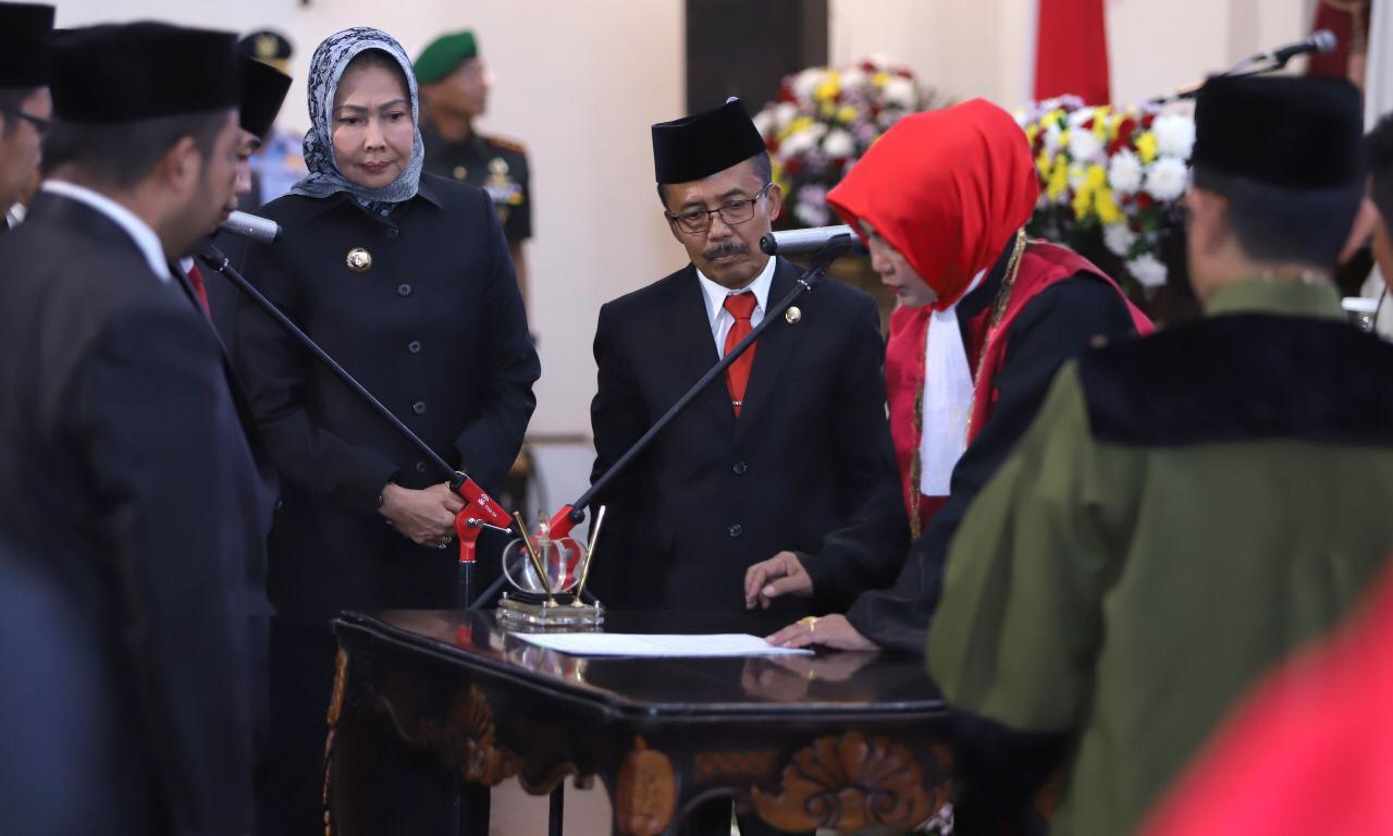 Wali Kota batu Dewanti Rumpoko bersama Wakil Wali Kota Batu Punjul Santoso saat menyaksikan penandatanganan serah terima jabatan DPRD Kota Batu.