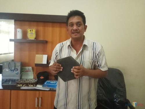 Kabid SDA dan Drainase Dinas PUPR Kota Malang Bambang Nugroho saat menunjukkan sampel paving dari sampah plastik. (Anggara Sudiongko/MalangTIMES)