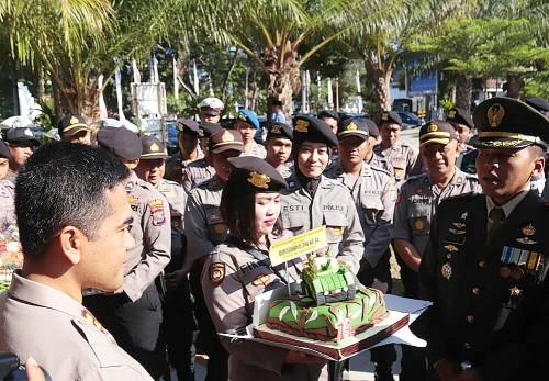 Kapolres Banyuwangi AKBP Taufik Herdiansyah Zeinardi memberikan tumpeng kepada Dandim 0825 Banyuwangi Letkol Inf Yuli Eko Purwanto.