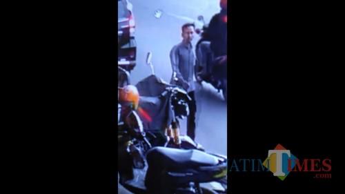 Hasil rekaman CCTV yang menunjukkan rekaman seorang pelaku pencurian sepeda motor saat melancarkan aksinya (Foto : Istimewa)