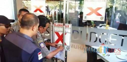 Penyegelan yang dilakukan pihak Satpol PP Surabaya
